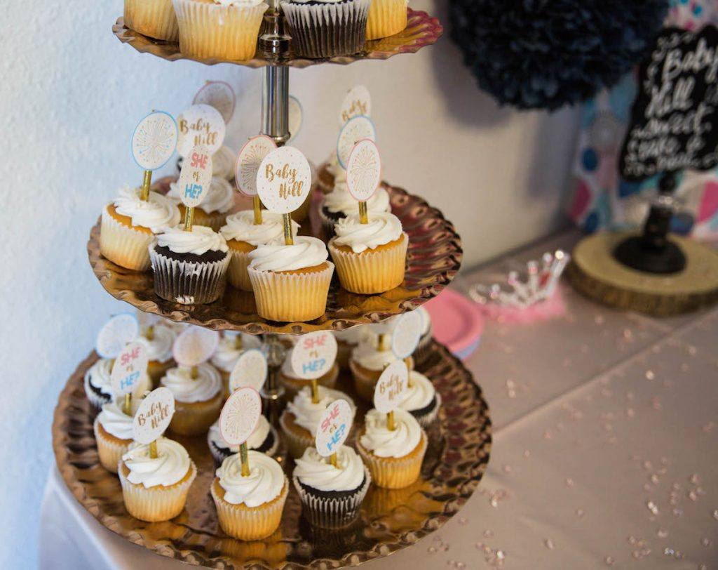Creative gender reveal party decorations. She or he cupcakes